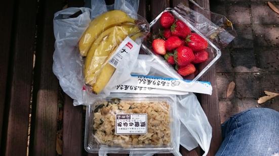 Asari gohan isinya banyak banget bisa untuk 2 orang (500 yen), pisang dan strawberry.
