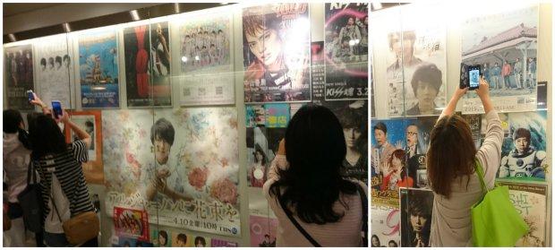 in fandom, you'll never fangirl alone. Tuh, bukan kami aja loh yang doyan foto-foto macem gini, fans Jepang pun begitu :D