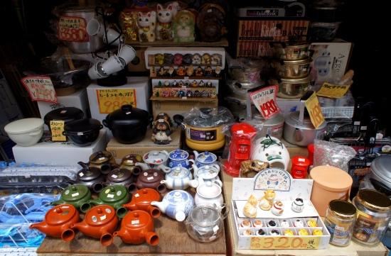 Harganya emang ngga 100 yen, tapi celengan berbentuk kotak pos-nya lucu banget!