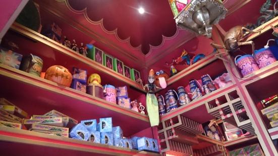 Beberapa item di Zunko's Joke Shop. Kenapalah ada wayang nagkring di situ?